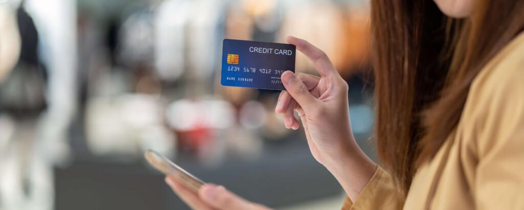 クレジットカード現金化現金化を行う女性